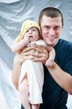 Père drôle et son petit fils Homme et enfant image libre de droits