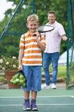 Père Dropping Son Off pour la leçon de tennis image stock