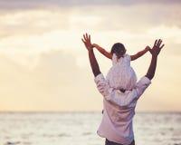 Père en bonne santé et fille affectueux jouant ensemble à la plage Photo stock