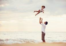 Père en bonne santé et fille affectueux jouant ensemble à la plage Photos libres de droits