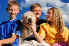 Père, enfants et animal familier Image stock