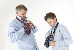 Père enseignant son fils Photographie stock libre de droits