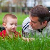 Père enseignant son fils au sujet de la nature Image stock