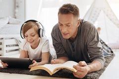 Père enthousiaste et fille appréciant leurs passe-temps ensemble Images stock