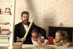 Père et écolières sur le fond de salle de classe, l'espace de copie Photo stock