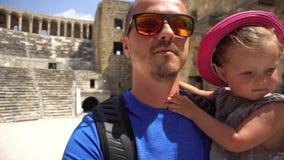 Père et daugher marchant dans l'amphithéâtre antique banque de vidéos