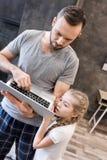 Père et descendant à l'aide de l'ordinateur portatif Photographie stock libre de droits