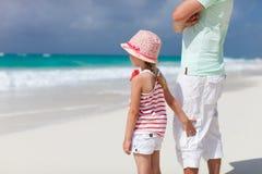 Père et descendant à la plage Photo libre de droits
