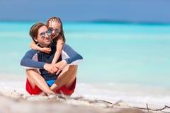 Père et descendant à la plage Photographie stock