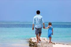 Père et descendant à la plage Photo stock