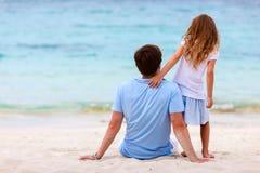 Père et descendant à la plage Photos libres de droits