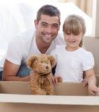 Père et descendant avec une maison mobile d'ours de nounours Photographie stock libre de droits