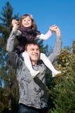 Père et descendant contre le ciel Photographie stock libre de droits