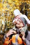 Père et descendant dans la forêt d'automne Images libres de droits