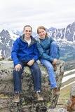 Père et descendant en montagnes image libre de droits