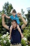 Père et descendant jouant dans le jardin Photo libre de droits
