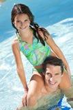Père et descendant sur des épaules dans la piscine Photos libres de droits