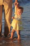 Père et descendant sur la mer Photos stock