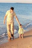 Père et descendant sur la mer Photographie stock libre de droits