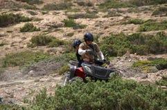 Père et descendant sur un ATV Photo libre de droits