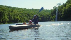Père et deux enfants kayaking banque de vidéos