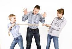 Père et deux fils reliés par la corde Photographie stock