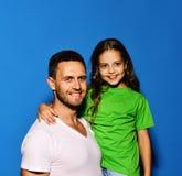 Père et enfant avec les visages heureux Étreinte d'homme et de fille images libres de droits