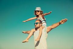 Père et enfant ayant l'amusement sur la plage image libre de droits