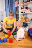 Père et enfant dans la salle de jeux Images stock