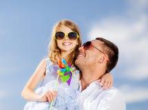 Père et enfant heureux dans des lunettes de soleil au-dessus de ciel bleu Images libres de droits