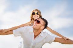Père et enfant heureux dans des lunettes de soleil au-dessus de ciel bleu Photo libre de droits