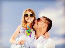 Père et enfant heureux dans des lunettes de soleil au-dessus de ciel bleu Photo stock