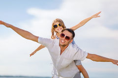 Père et enfant heureux dans des lunettes de soleil au-dessus de ciel bleu Image libre de droits