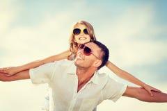 Père et enfant heureux dans des lunettes de soleil au-dessus de ciel bleu Photographie stock