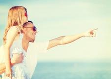 Père et enfant heureux dans des lunettes de soleil au-dessus de ciel bleu Photos stock