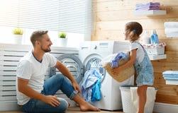 Père et enfant heureux de famille dans la blanchisserie photo stock