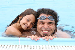 Père et enfant heureux de papa dans la piscine Photo stock