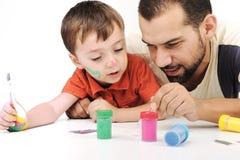 Père et enfant jouant avec des couleurs Photos stock