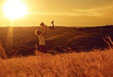 Père et enfant jouant en nature au coucher du soleil photo libre de droits