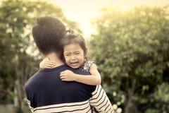 Père et enfant, petite fille triste se reposant sur l'épaule de son père Image libre de droits