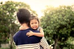 Père et enfant, petite fille triste se reposant sur l'épaule de son père Photos libres de droits