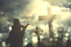 Père et enfant regardant trois crucifix Photo libre de droits