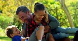 Père et enfants appréciant en parc 4k banque de vidéos