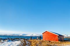 Père et enfants dehors l'hiver Photo stock