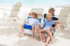 Père et enfants des vacances image stock