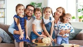 Père et enfants heureux de mère de famille nombreuse à la maison images libres de droits
