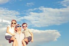 Père et enfants jouant en parc au temps de jour Photo stock