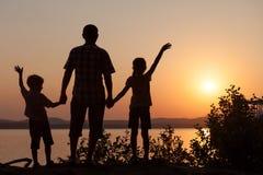 Père et enfants jouant sur la côte du lac Photos libres de droits