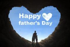 Père et enfants se tenant en caverne Photographie stock libre de droits