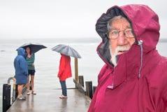 Père et famille marchant sous la pluie Image libre de droits